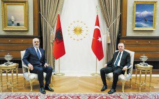 Ο Τούρκος πρόεδρος Ρετζέπ Ταγίπ Ερντογάν με τον πρωθυπουργό της Αλβανίας Εντι Ράμα, κατά την προχθεσινή συνάντησή τους στην Αγκυρα. (Φωτ. Murat Cetinmuhurdar/Presidential Press Office/Handout via REUTERS )