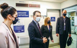 Ελεγκτές της Εθνικής Αρχής Διαφάνειας (ΕΑΔ), κατά τη διάρκεια ελέγχου στις λίστες εμβολιασμών που πραγματοποιήθηκαν κατά τις πρώτες εβδομάδες της διαδικασίας, στο νοσοκομείο «Αττικόν». (Φωτ. ΑΠΕ-ΜΠΕ/ΓΙΑΝΝΗΣ ΚΟΛΕΣΙΔΗΣ)