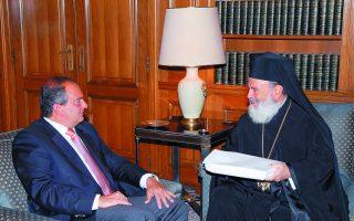 Ο πρωθυπουργός Κώστας Καραμανλής με τον Αρχιεπίσκοπο Χριστόδουλο. Ως αρχηγός της αξιωματικής αντιπολίτευσης ο κ. Καραμανλής στήριξε την Εκκλησία στη διαμάχη της με την κυβέρνηση Σημίτη για το θέμα των ταυτοτήτων.  Φωτ. ΑΠΕ-ΜΠΕ / ΓΟΥΛΙΕΛΜΟΣ ΑΝΤΩΝΙΟΥ