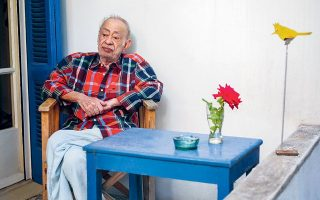 Ο Βασίλης Αλεξάκης (1943-2021) δεν ήταν απλοϊκός ούτε πάντα διαθέσιμος. Είχε όμως το βλέμμα να βλέπει τον εαυτό του και τους άλλους. Και σίγουρα, παρέμενε παντοτινός εραστής του ωραίου (φωτ. ΝΙΚΟΣ ΚΟΚΚΑΛΙΑΣ).
