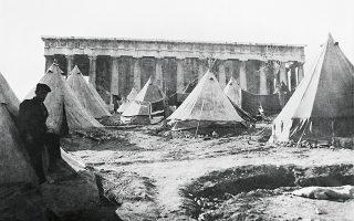 Σκηνές Μικρασιατών προσφύγων στον ναό του Θησέα, στην Αθήνα, μετά την Καταστροφή του 1922.