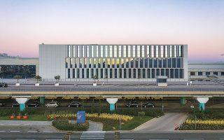 Η πρόσοψη της νότιας επέκτασης με τις 77 περσίδες δίνει την αίσθηση της δυναμικής ολοκλήρωσης στο κτιριακό συγκρότημα του Διεθνούς Αερολιμένα Αθηνών «Ελευθέριος Βενιζέλος» (φωτ. ΓΙΩΡΓΗΣ ΓΕΡΟΛΥΜΠΟΣ).