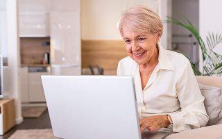 Το 52% των ερωτηθέντων ηλικίας άνω των 60 ετών και το 53% των συντα-ξιούχων μπαίνουν καθημερινά στο Internet (φωτ. Shutterstock).