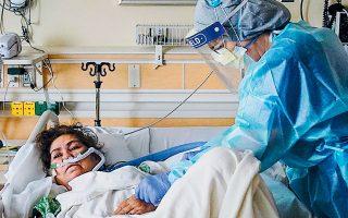 Το βρετανικό ΕΣΥ αναγκάζεται να δώσει πρόωρα εξιτήριο σε ασθενείς προκειμένου να απελευθερωθούν κρεβάτια για εκείνους που βρίσκονται μεταξύ ζωής και θανάτου (φωτ. A.P. / Jae C. Hong).