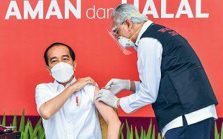 Ο πρώτος που εμβολιάστηκε στην Ινδονησία είναι ο πρόεδρος της χώρας Τζόκο Ουιντόντο, 59 ετών (φωτ. A.P.).
