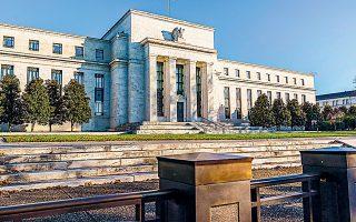 Η ομοσπονδιακή τράπεζα των ΗΠΑ κάθε μήνα προβαίνει σε αγορές 120 δισ. δολ., με τα 80 δισ. δολ. να προορίζονται για ομόλογα του αμερικανικού δημοσίου και 40 δισ. για αγορές τιτλοποιημένων στεγαστικών δανείων.