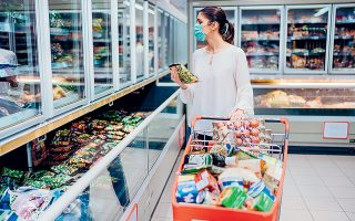 Οι πωλήσεις σε είδη πρώτης ανάγκης, όπως φάρμακα και τρόφιμα, αυξήθηκαν σημαντικά, ενώ αντίθετα μειώθηκε κατακόρυφα η ζήτηση για διαρκή αγαθά καθώς και για έπιπλα, συσκευές, ένδυση κ.λπ.