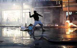 Κατά τη διάρκεια των επεισοδίων, οι διαδηλωτές πυρπόλησαν ένα αστυνομικό τμήμα και έσπασαν βιτρίνες καταστημάτων και αυτοκίνητα (φωτ. A.P. / Francisco Seco).