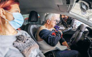 Μέχρι το τέλος της εβδομάδας είχαν πραγματοποιηθεί περίπου 2 εκατ. εμβολιασμοί – μάλιστα 200.000 πολίτες είχαν λάβει ήδη και τη δεύτερη δόση. Στη φωτ., πολίτες εμβολιάζονται μέσα στο αυτοκίνητό τους, σε ειδικό κέντρο στη Χάιφα. (Φωτ. REUTERS / Ammar Awad)