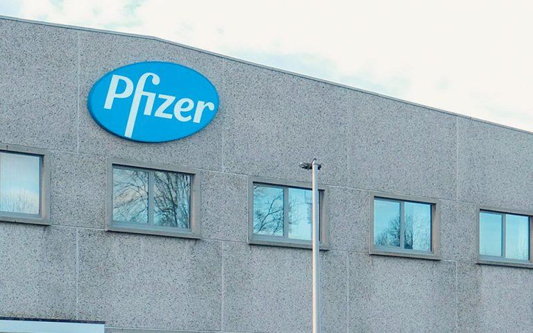 Η Pfizer μειώνει τις παραδόσεις των εμβολίων