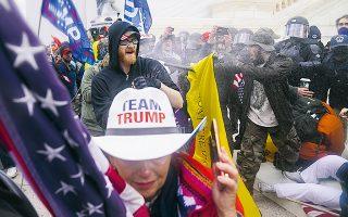 Οι αδιανόητες εικόνες του όχλου στο Καπιτώλιο οδήγησαν πολλούς από τους πρώην συμμάχους του Τραμπ να του γυρίσουν την πλάτη. (Φωτ. A.P. Photo / John Minchillo)