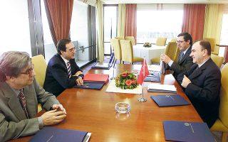 Επειτα από 60 γύρους και διακοπή πέντε ετών, η πρώτη από τη νέα σειρά διερευνητικών επαφών μεταξύ Ελλάδας και Τουρκίας θα πραγματοποιηθεί στις 25 Ιανουαρίου. Η φωτ. από παλαιότερες συνομιλίες.