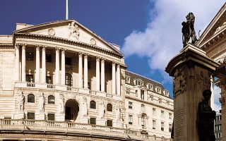 Ασκούνται πιέσεις στην Τράπεζα της Αγγλίας για να αναλάβει περισσότερες πρωτοβουλίες ενίσχυσης της οικονομίας.