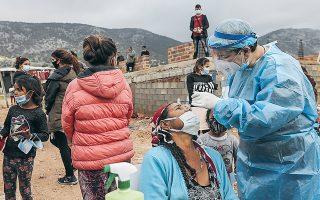 Ο εμβολιασμός των Ελλήνων Ρομά (υπολογίζονται σε 120.000) αποτελεί μεγάλη πρόκληση λόγω των ιδιαιτεροτήτων του συγκεκριμένου πληθυσμού. Φωτ. από τη διενέργεια διαγνωστικών τεστ σε καταυλισμό στον Ασπρόπυργο. (Φωτ. ΙΝΤΙΜΕ ΝΕWS )
