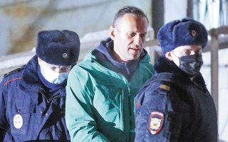 Ο Αλεξέι Ναβάλνι συνελήφθη αμέσως μετά την άφιξή του στη Μόσχα, την Κυριακή το απόγευμα, με την κατηγορία ότι παραβίασε τους περιοριστικούς όρους που προέβλεπε η αναστολή της ποινής του (φωτ. Evgeny Feldman/Meduza/Handout via REUTERS).