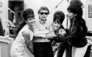 Ο Φιλ Σπέκτορ παρέα με τις Ronettes, το γυναικείο ποπ συγκρότημα από τη Νέα Υόρκη, που ανέδειξε μέσα από τις παραγωγές του.