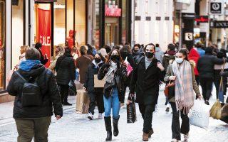 Παρά το τσουχτερό κρύο οι καταναλωτές έσπευσαν χθες στα καταστήματα του λιανεμπορίου, που επαναλειτούργησαν –με περιορισμούς– ύστερα από 2,5 μήνες. Σε κάποιες αλυσίδες, ο τζίρος ήταν υπερδιπλάσιος της αντίστοιχης περυσινής ημέρας. Οι έμποροι προσβλέπουν σε τζίρο 2,5 δισ. την περίοδο των εκπτώσεων (φωτ. INTIME NEWS).