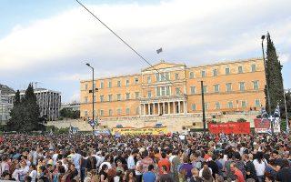 Το κίνημα των «Αγανακτισμένων» εμφανίζεται στην Ελλάδα το 2011. Χωρίς να αποτελεί οργανωμένο κοινωνικό κίνημα, περιλαμβάνει αιτήματα από άμεση δημοκρατία έως και στάση πληρωμών, με τη συμμετοχή και περιθωριακών κοινωνικών ομάδων που απορρίπτουν συνολικά τη δημοκρατία (φωτ. ΑΠΕ-ΜΠΕ).