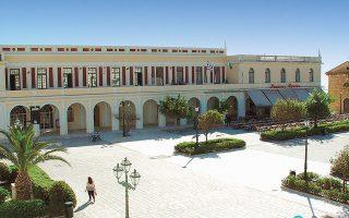 Η βιβλιοθήκη, με ιστορία που ξεκινάει το 1628, στεγάζεται σε ένα νεοκλασικό μέγαρο στην κεντρική πλατεία της πόλης.