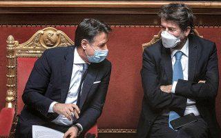O Iταλός πρωθυπουργός Τζουζέπε Κόντε (αριστερά) τα λέει με τον υπουργό Πολιτισμού Ντάριο Φραντσεσκίνι κατά τη διάρκεια της χθεσινής συζήτησης στη Γερουσία (φωτ. EPA).