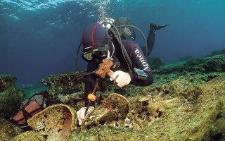 Πλούσια ήταν η σοδειά και της δεύτερης υποβρύχιας έρευνας στον θαλάσσιο χώρο της Κάσου. Στα πέντε αρχαία ναυάγια της πρώτης φάσης προστέθηκαν άλλα τέσσερα, με σημαντικότερο ένα ναυάγιο της ρωμαϊκής περιόδου με μεικτό φορτίο το οποίο απαρτίζεται από αμφορείς της ευρύτερης κατηγορίας των αμφορέων «Dressel 20» κατασκευασμένους σε κεραμικά εργαστήρια της Ισπανίας, στην περιοχή του Γκουαδαλκιβίρ (1ος-3ος αιώνας μ.Χ.).