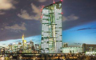 Η ΕΚΤ έχει μειώσει τα επιτόκια σε ιστορικά χαμηλά και διοχετεύει τρισεκατομμύρια ευρώ αγοράζοντας ομόλογα, αποτρέποντας μιαν αύξηση του κόστους δανεισμού των ασθενέστερων οικονομιών της Ευρωζώνης.