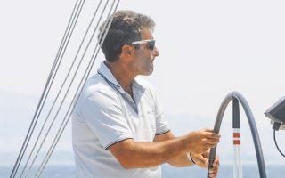 Ο Λεωνίδας Πελεκανάκης (1962-2021), επί σειράν ετών κορυφαίος τιμονιέρης σε ελληνικούς και διεθνείς αγώνες ανοικτής θαλάσσης. Μεγάλος αθλητής, σπουδαίος άνθρωπος, αγνοούσε τη λέξη και τη «χρήση» της έπαρσης.