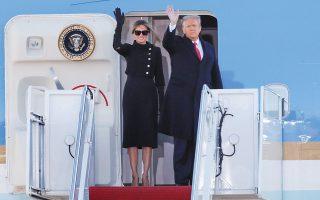 Ντόναλντ και Μελάνια Τραμπ για τελευταία φορά στο Air Force One (φωτ. A.P. Photo/Luis M. Alvarez).