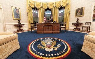 Από την πρώτη ημέρα του στον Λευκό Οίκο, ο Τζο Μπάιντεν αποκαθήλωσε τα σύμβολα της εποχής Τραμπ. Στη θέση του πορτρέτου του λαϊκιστή προέδρου Αντριου Τζάκσον, τοποθέτησε προσωπογραφία του Βενιαμίν Φραγκλίνου. Η διακόσμηση εμπλουτίστηκε με πορτρέτα και προτομές του Φράνκλιν Ρούζβελτ, του Μάρτιν Λούθερ Κινγκ και άλλων ιστορικών προσωπικοτήτων (φωτ. A.P. Photo / Alex Brandon).