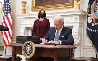 Μετά την τηλεοπτική παρουσίαση της στρατηγικής για την αντιμετώπιση της πανδημίας, ο νέος πρόεδρος των Ηνωμένων Πολιτειών Τζο Μπάιντεν υπέγραψε δέκα σχετικά προεδρικά διατάγματα (φωτ. EPA/Al Drago).