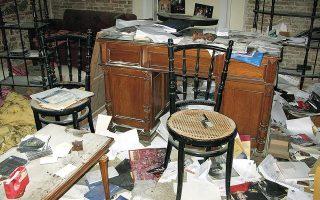 Οι άγνωστοι κατέστρεψαν 18 πιάνα αδειάζοντας μέσα τους αφρό από τους πυροσβεστήρες, αφαίρεσαν καλωδιώσεις, μεταλλικές σωληνώσεις, φωτιστικά και κλιματιστικά.