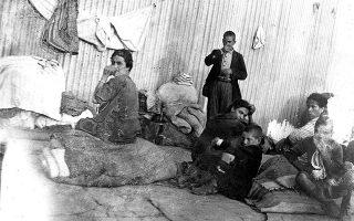 Πρόσφυγες από τη Μικρά Ασία κατά την άφιξή τους στον Πειραιά (φωτ. ΣΥΛΛΟΓΗ ΠΕΤΡΟΥ ΠΟΥΛΙΔΗ, ΦΩΤΟΓΡΑΦΙΚΟ ΑΡΧΕΙΟ ΕΡΤ).