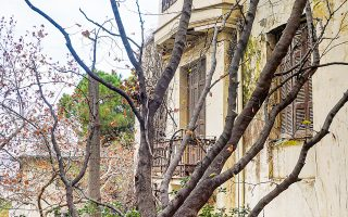 Στην οδό Χερσώνος 3, κοντά στο τέρμα της οδού Σίνα, στέκει κλειστό πια ένα αθηναϊκό αρχοντικό. (Φωτ. ΝΙΚΟΣ ΒΑΤΟΠΟΥΛΟΣ)