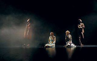 Οι ηθοποιοί της παράστασης (από αριστερά): Κωνσταντίνος Μπιμπής, Λένα Παπαληγούρα, Αννα Μάσχα και Αναστάσιος Ροϊλός.