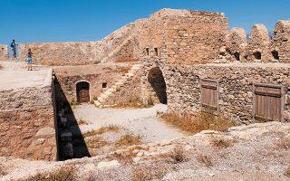 Βενετικό φρούριο στην Ιεράπετρα της Κρήτης. Χτίστηκε το 1579 για προστασία των βενετικών πλοίων απέναντι σε τουρκικές ενοχλήσεις. (Φωτ. SHUTTERSTOCK)