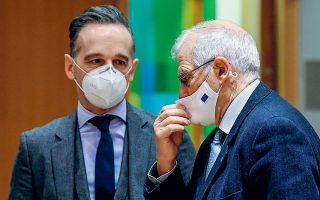 O ύπατος εκπρόσωπος της Ε.Ε. για την Εξωτερική Πολιτική Ζοζέπ Μπορέλ συνομιλεί με τον Γερμανό υπουργό Εξωτερικών Χάικο Μάας, στο περιθώριο της χθεσινής συνεδρίασης του ΣΕΥ.