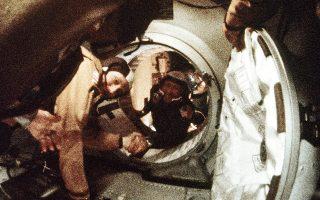 17 Ιουλίου 1975. Μια ιστορική χειραψία μεταξύ του Αμερικανού αστροναύτη Τόμας Στάφορντ και του Ρώσου κοσμοναύτη Αλεξέι Λεόνοφ, 200 χιλιόμετρα πάνω από τη γαλλική πόλη Μετς. Τα διαστημόπλοια «Απόλλο» και «Σογιούζ» παρέμειναν συνδεδεμένα 44 ώρες. (Φωτ. ASSOCIATED PRESS)