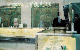 Από τα 320 καταστήματα του οίκου Tiffany, πάνω από το ένα τρίτο βρίσκεται στις ΗΠΑ, ενώ ορισμένα θεωρούνται ξεπερασμένης αισθητικής και χρήζουν ανακαίνισης (φωτ. Reuters).