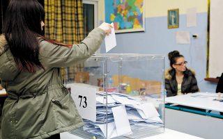 Με την εφαρμογή της απλής αναλογικής, του εκλογικού συστήματος που ψήφισε ο ΣΥΡΙΖΑ και εφαρμόστηκε στις τελευταίες εκλογές, δημοτικοί σύμβουλοι οι οποίοι εξελέγησαν με ελάχιστες –αναλογικά– ψήφους αναδεικνύονται σε ρόλο ρυθμιστή, μπλοκάροντας πολύ σημαντικές αποφάσεις (φωτ. INTIME NEWS).