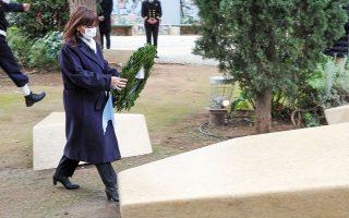 Η ΠτΔ καταθέτει στεφάνι στο Μνημείο του Ολοκαυτώματος (φωτ. ΑΠΕ).