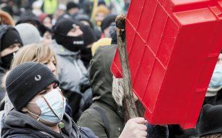 Xτυπώντας καφάσια και κατσαρόλες διαδήλωσαν στη Σόφια εργαζόμενοι στον τομέα της εστίασης, καθώς οι χώροι εργασίας τους παραμένουν κλειστοί (φωτ. A.P.).