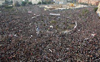 Εκατοντάδες χιλιάδες πολίτες κάθε κοινωνικής κατηγορίας κατακλύζουν την Ταχρίρ, καθώς το καθεστώς του Χόσνι Μουμπάρακ πνέει τα λοίσθια. (Φωτ. REUTERS / Amr Abdallah Dalsh)