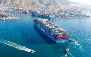Περισσότερα από 25 μεγάλα ποντοπόρα φορτηγά περίμεναν χθες έξω από το λιμάνι του Πειραιά για να βρουν τρόπο να το προσεγγίσουν, καθώς η ελληνική πλοηγική υπηρεσία ξεκίνησε σαρανταοκτάωρη απεργία, προκαλώντας μεγάλες καθυστερήσεις αλλά και πλήγμα στην αξιοπιστία του λιμανιού διεθνώς (φωτ. ΙΝΤΙΜΕ).