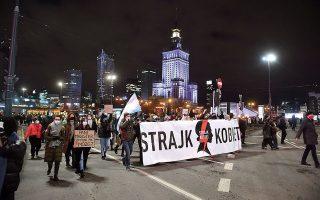 Η απόφαση προκάλεσε μαζικές διαδηλώσεις διαμαρτυρίας, άνευ προηγουμένου για την Πολωνία, στη Βαρσοβία και ειδικότερα μπροστά από την έδρα του δικαστηρίου, καθώς και σε αρκετές άλλες πόλεις (φωτ. EPA).