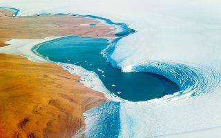 Aεροφωτογραφία του παγετώνα Χούμπολτ, ενός από τους σημαντικότερους της Γροιλανδίας, και του εδάφους που αποκαλύφθηκε από την τήξη τμήματός του. Δόθηκε στη δημοσιότητα από τη NASA τον Σεπτέμβριο του 2019. (Φωτ. EPA / JOHN SONNTAG / OPERATION ICEBRIDGE / NASA)