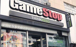 Χθες, οι χρηματιστηριακές αρχές έθεσαν όρια στις τοποθετήσεις των επενδυτών στη μετοχή της GameStop και ανέστειλαν το περίεργο «παιχνίδι», προκαλώντας υποχώρηση της εν λόγω μετοχής κατά 20%.