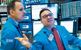 H Επιτροπή Κεφαλαιαγοράς στις ΗΠΑ ανακοίνωσε χθες πως «θα εξετάσει προσεκτικά κινήσεις εποπτευόμενων οντοτήτων, οι οποίες ενδέχεται να ζημίωσαν επενδυτές ή να περιόρισαν αδικαιολόγητα τη δυνατότητά τους να κάνουν συναλλαγές επί συγκεκριμένων μετοχών».
