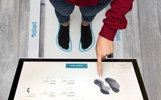 Πέραν του ειδικού μηχανήματος για καταστήματα (φωτ.), η SafeSize έχει δημιουργήσει μία εφαρμογή που δίνει τη δυνατότητα να σκανάρει ο χρήστης το πόδι του στο σπίτι με το κινητό του τηλέφωνο πριν παραγγείλει ηλεκτρονικά.
