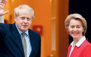 O Bρετανός πρωθυπουργός Μπόρις Τζόνσον και η πρόεδρος της Ευρωπαϊκής Επιτροπής Ούρσουλα φον ντερ Λάιεν στο Λονδίνο, τον Ιανουάριο του 2020 (φωτ. REUTERS).