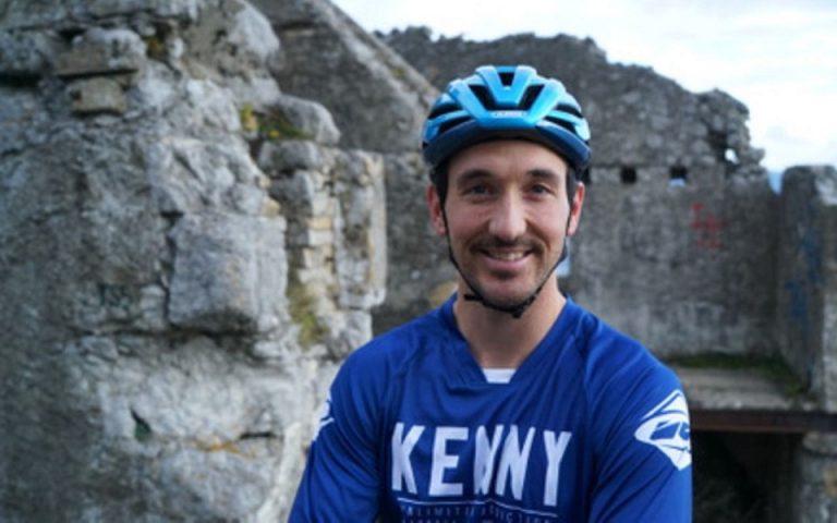 Ανέβηκε 33 ορόφους, όχι με το ασανσέρ, αλλά με το ποδήλατο (βίντεο)